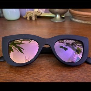 Quay Kitti sunglasses - matte black w pink mirror
